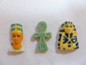 A pharaoh, A key of life, A mummy.